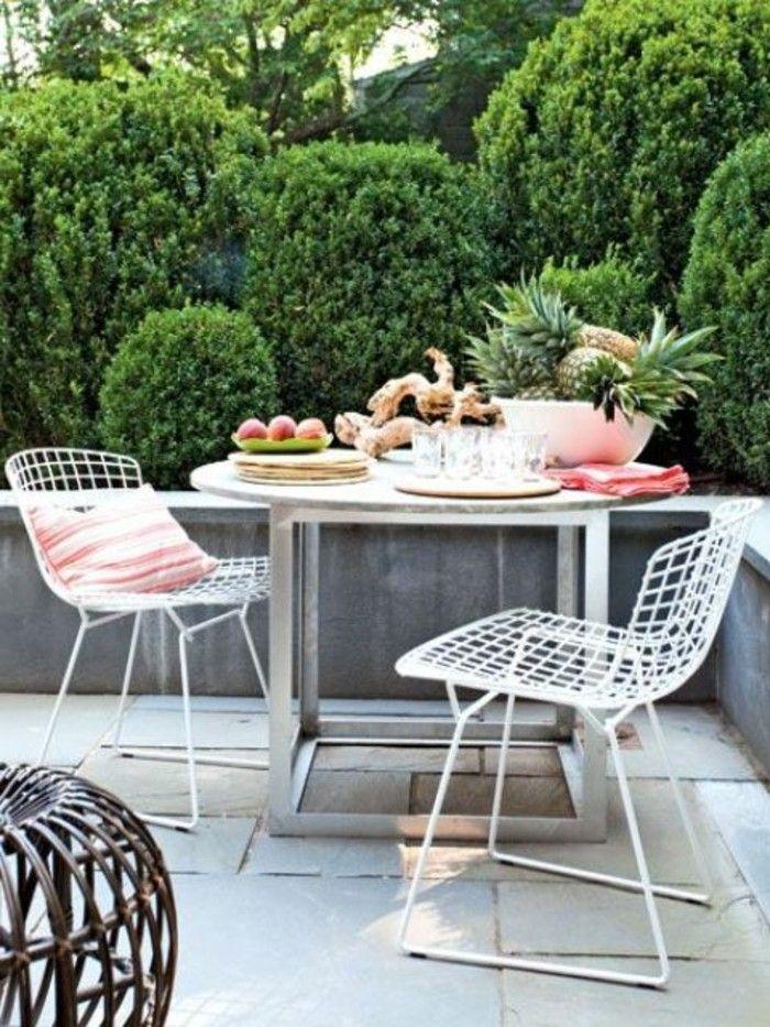 Balkongestaltung Weiße Bodenfliesen Weiße Stühle Weißer Tisch Rund  Frühstück Bäume