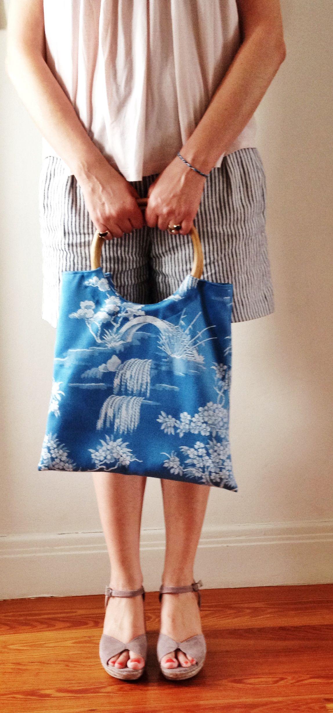 Bolso veraniego con tela de colchón en jacqard y asas de goma.