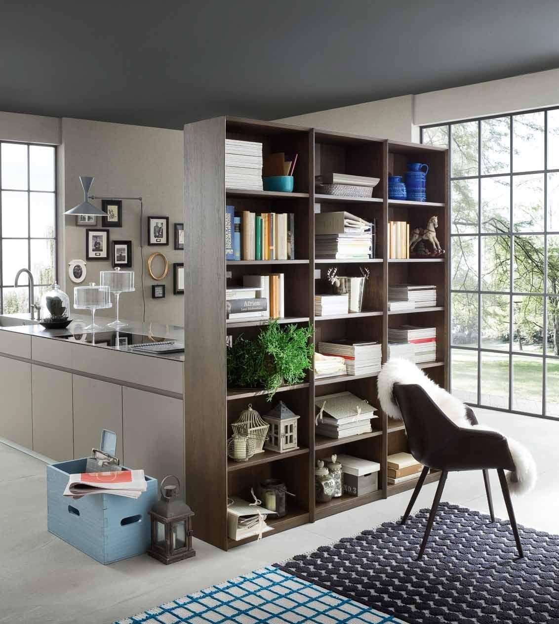 Una libreria per dividere lo spazio cucina dal living un 39 idea originale e di stile cosa ne - Libreria per cucina ...