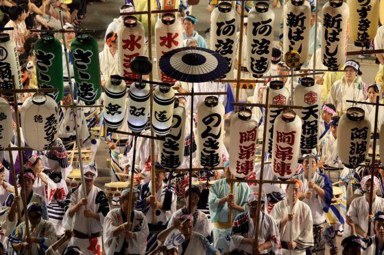 Festival Awa Odori, Tokushima, Japón. Es el Carnaval más antiguo del mundo; sus orígenes se remontan al siglo XVI, durante el período Edo; entonces se conocía como Bon Odori ( La danza de los muertos ).