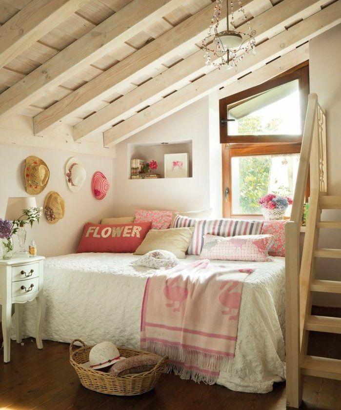 toiture en bois blanche lit couverture de lit blanche coussins multicolores parquet en bois marron deco murale de chapeaux paille chambre mansarde