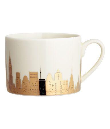 Valkoinen/New York. Posliinimuki, jossa metallinen kuvapainatus. Korkeus 6,5 cm, halkaisija noin 9 cm.