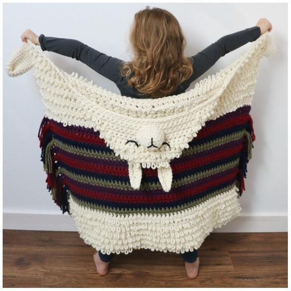 Alpaca My Llama Blanket Häkelanleitung - Diese kuschelige Kapuzenjacke aus Lama oder Alpaka ....