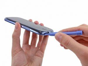 Schritt 2 -  Schieben Sie das Öffnungswerkzeug aus Kunststoff entlang der oberen Kante nach links und wiederholen Sie die Drehbewegung um die Lücke zwischen dem hinteren Gehäuse und dem Handy zu erweitern.