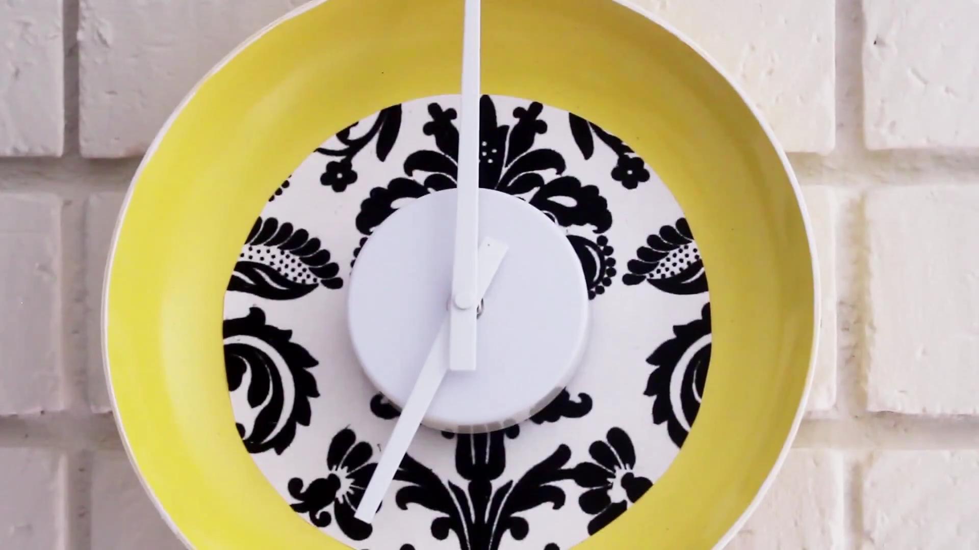 DIY Frying Pan Clock | Cute Handmade Kitchen Home Decor ... on wood kitchen crafts, rustic kitchen crafts, country kitchen crafts, sewing kitchen crafts, primitive kitchen crafts, homemade kitchen crafts,