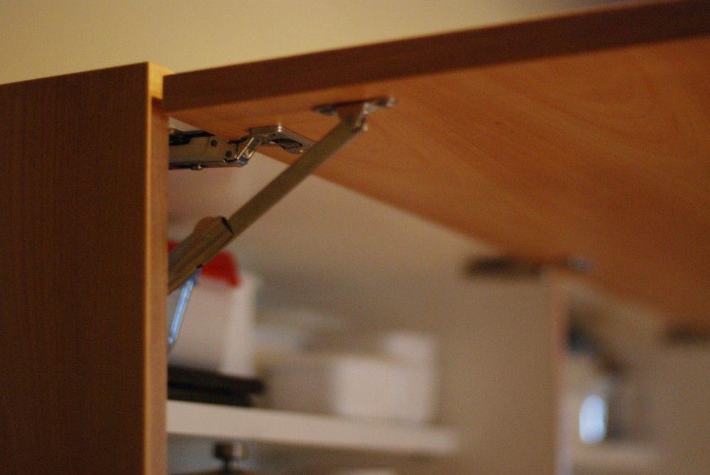 Nさんの吊戸棚の扉は上に向かって開くタイプ ソフトダウンステーをつけているので 開くと90度で止まり 閉める時は手を放してもゆっくりと扉が閉まります オーダーキッチン 戸棚 キッチン