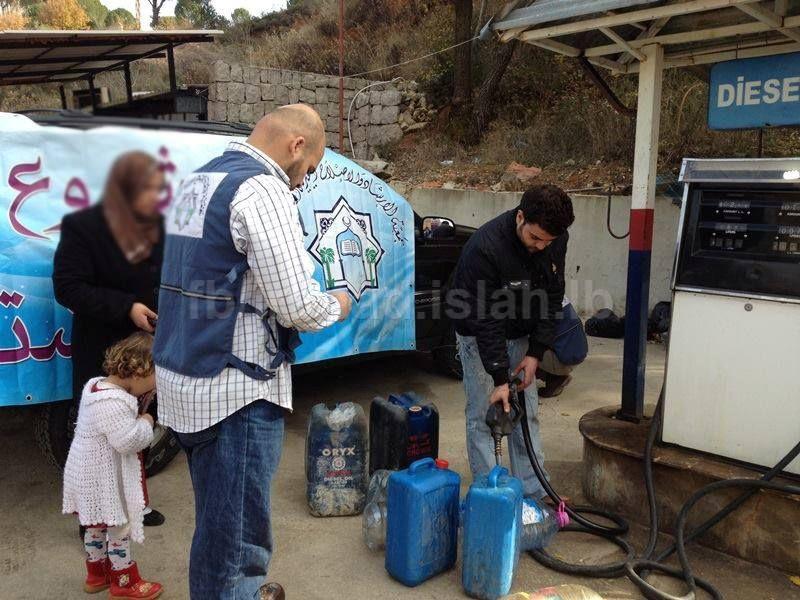 قامت لجنة الإغاثة في جمعية الإرشاد والإصلاح بتوزيع غالونات مازوت بالتعاون مع الاوقاف الاسلامية على 60 عائلة من الاخوة السوريين في منطقة حاصبيا ومرجعيون حيث حصلت