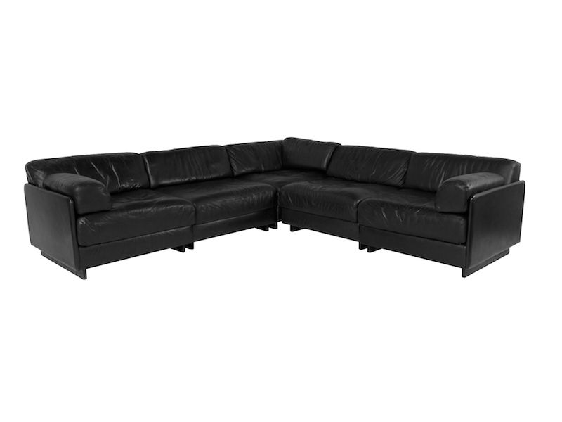 DS 76 Black leather element sofa by De Sede made in Switzerland in the 1970s. The cushions of this modular sofa are retractable for use as daybed.