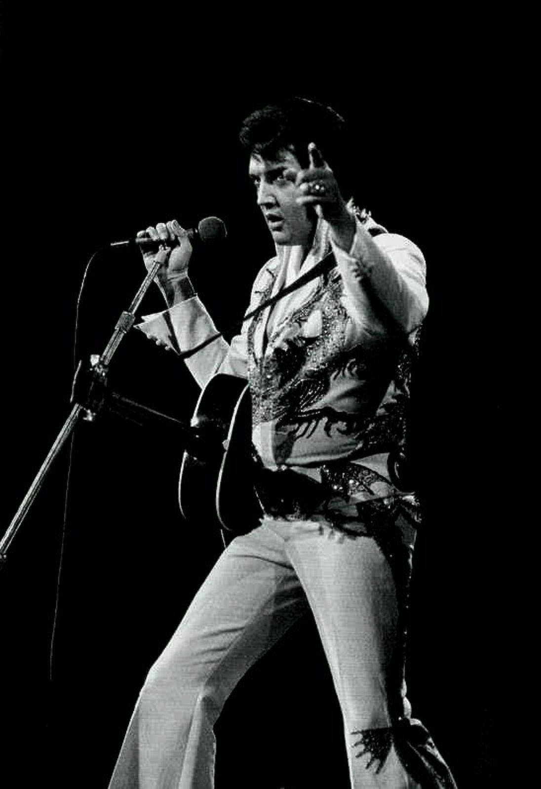 ELVIS ON STAGE IN 1974