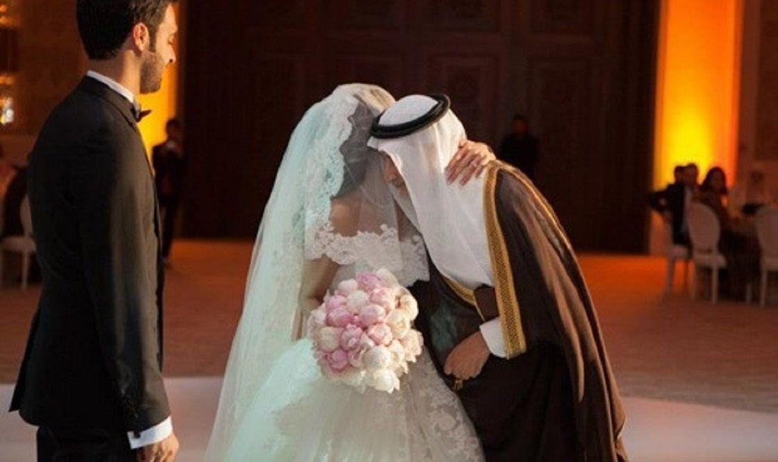 بالصور بسبب فتاتين عريس سعودي يقع في موقف محرج Wedding Photos Wedding Victorian Dress
