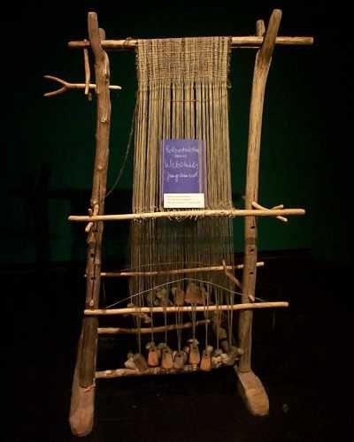 A warp-weighted loom: Das Münchener Hoch-Mittelalter - Bilder eines Gewichtswebstuhles - Communitas Monacensis e.V.