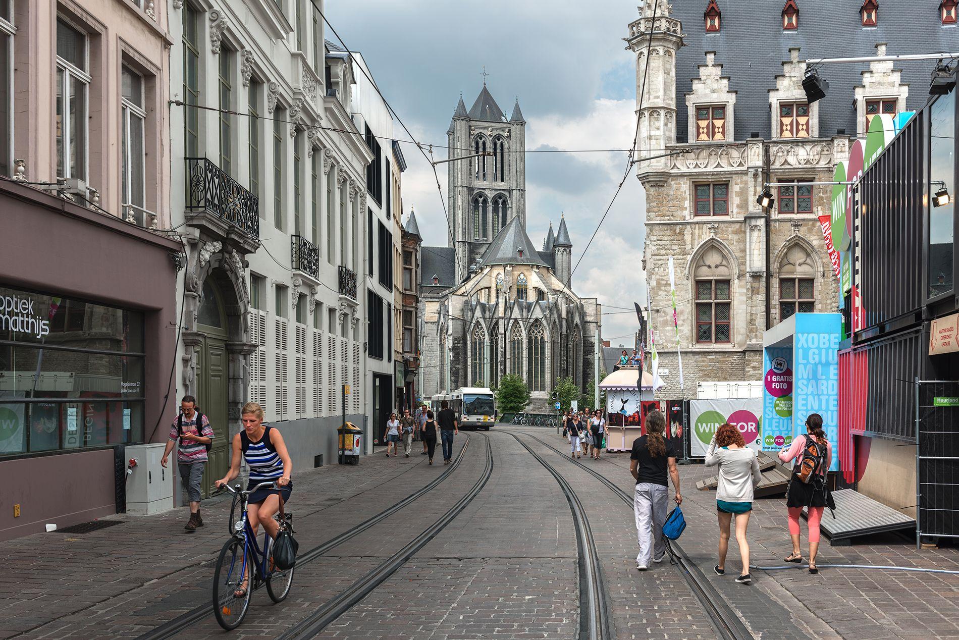 Gent  Gante (en neerlandés: Gent; en francés: Gand) es una ciudad de Bélgica, la capital de la provincia de Flandes Oriental en la Región Flamenca. Está situada en la confluencia del río Lys (Leie en neerlandés) con el Escalda. Etimológicamente, el nombre Gante viene de la palabra celta 'ganda', que hace referencia a la convergencia, por ejemplo, de los dos ríos entre los que esta ciudad se encuentra.