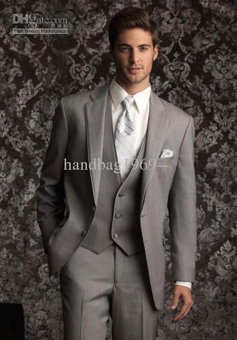 Venta al por mayor - diseño personalizado dos botones muesca solapa gris  claro smokinges del novio mejor hombre trajes padrinos de boda hombres  trajes de ... 7aea41d8514