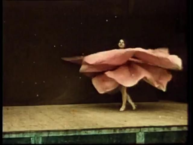 Danse serpentine by Agustina Andreoletti. Pioneering experimental dancer Loie Fuller dances her truly incredible Serpentine dance, as recorded by early French cinematographers Auguste and Louis Lumière.