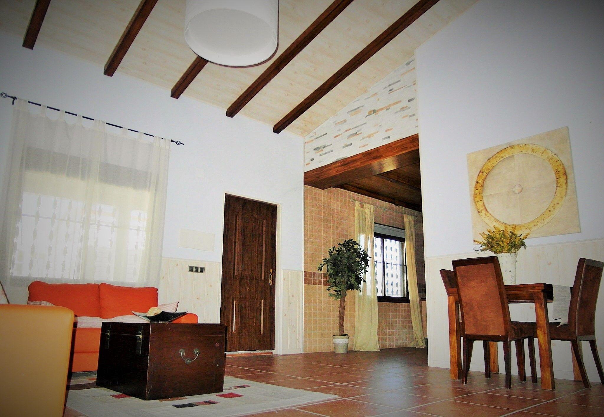 Salon vivienda prefabricada salon amplio con techos altos - Viviendas de acero ...