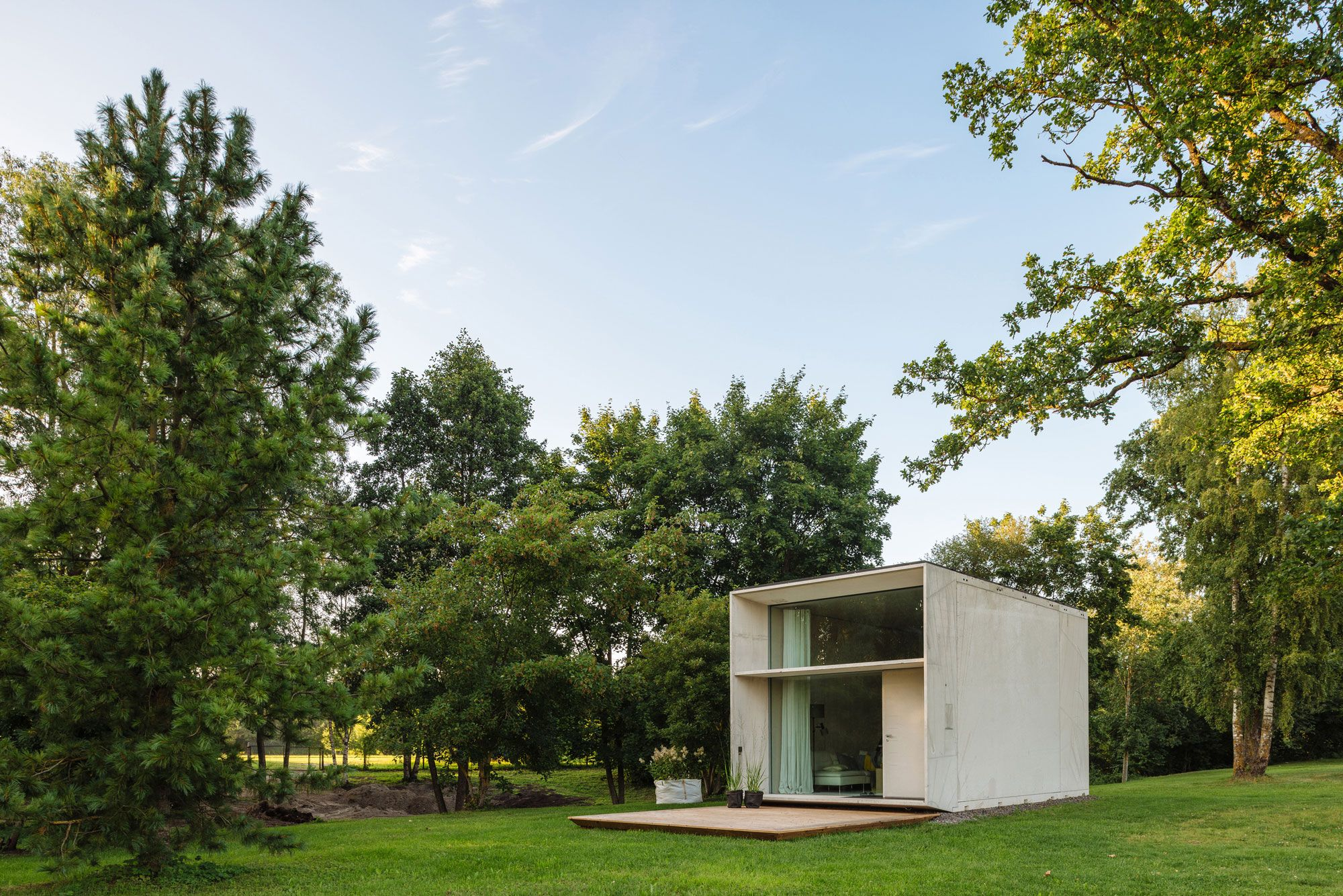 for those with a penchant for modern minimalism and endless travel estonian design collective kodasema created koda a tiny prefabricated home - Deckideen Fr Modulare Huser
