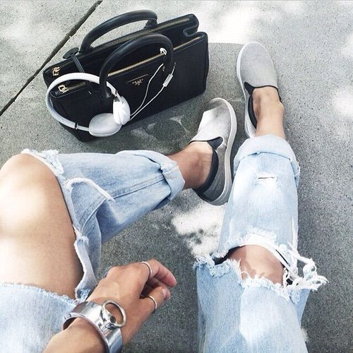 Immagine tramite We Heart It https://weheartit.com/entry/154619368/via/17890748 #alone #alternative #bag #black #blue #fashion #grey #grunge #hipster #indie #jeans #outfit #pale #shoes #soft #vintage #white