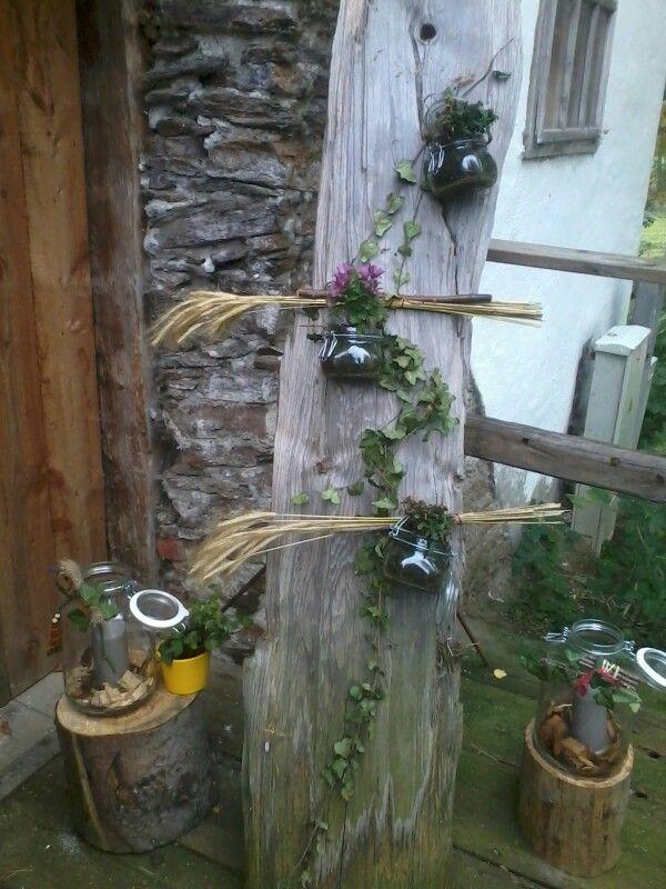 Altes Brett mit Gläser Gartendeko Alte bretter
