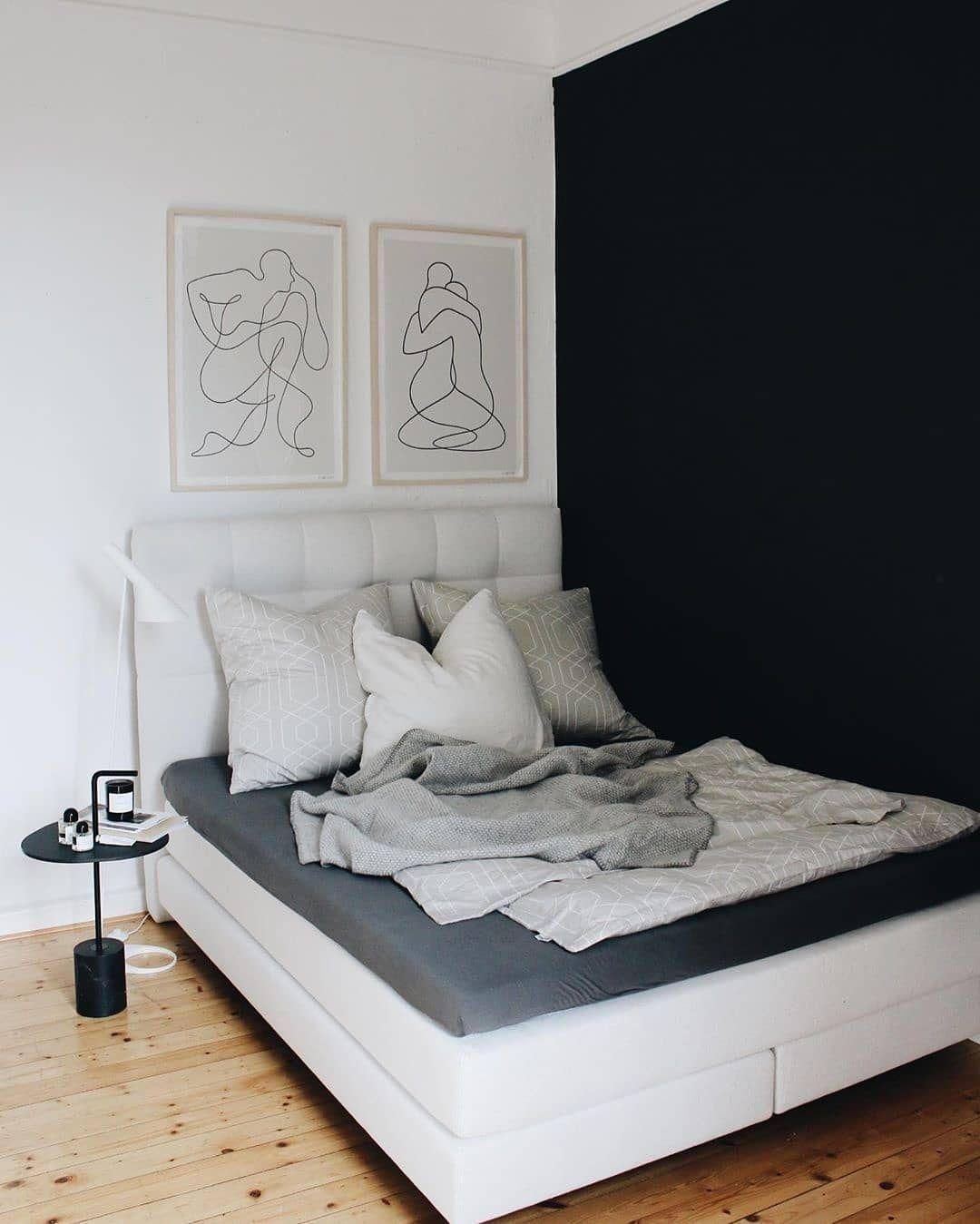 Strahlend Weisses Boxspringbett Vor Dunklen Blauer Wand Bilden Einen Wunderbaren Kontrast Zum Holzboden Das Schlafzimmer Ist Minimalistis Home Decor Decor Home