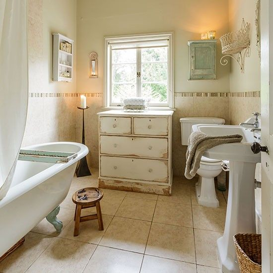 Shabby Chic Bathrooms Ideas: Shabby-chic Bathroom With Feature Wallpaper