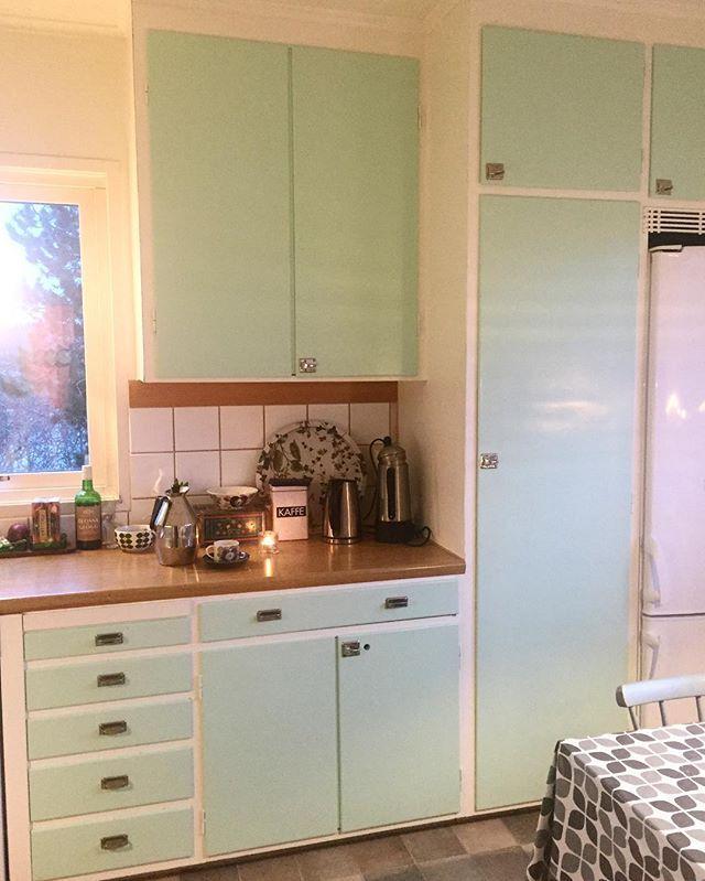 Godmorgon FREDAG. Det betyder kaffe på termos och lång morgon- inte mig emot! 🌟 ---- Good morning! Have a really nice Friday! 🌟 #retrohome #retrohem #retrokök #retrokitchen #retrostyle #fifties #50tal #fredag #fridayfeeling #interior4you #midcenturyhome #midcentury #mitthem #myhome #kök #kitchen #rörstrand #stiglindberg #gustavsberg #berså #byggfabriken #vintagekitchen #femtiotalskök #sigvardbernadotte