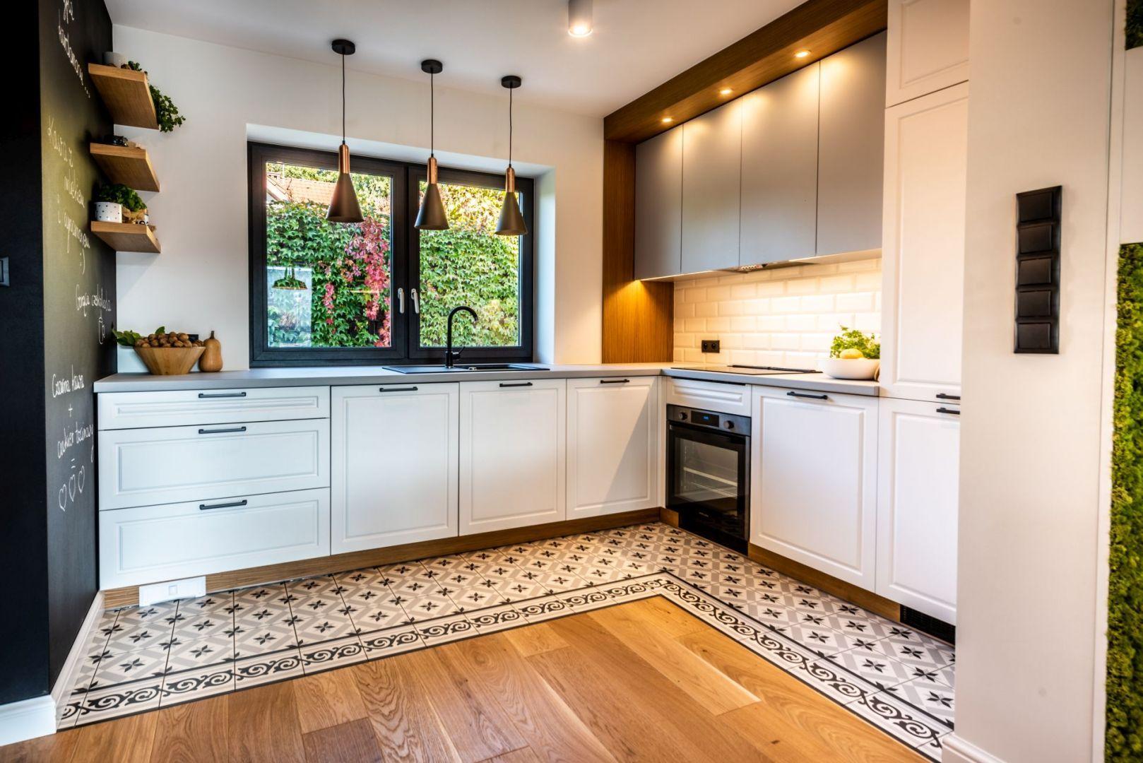 2 ton küchenschrank ideen przestrzeń kuchni i jadalni wyznacza podłoga wyłożona pięknymi