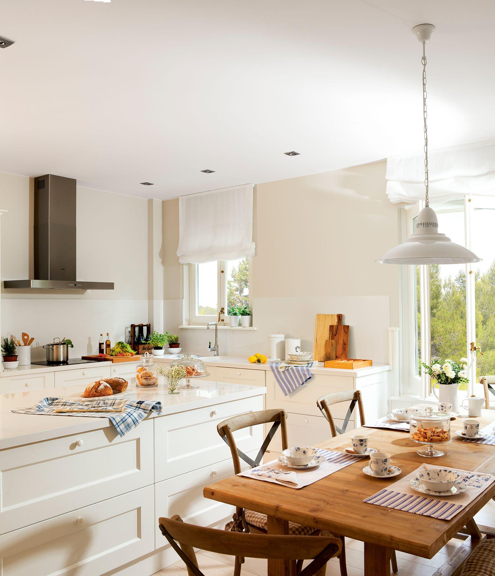 Cocina blanca con office con mesa y sillas de madera_ 00399716 ...