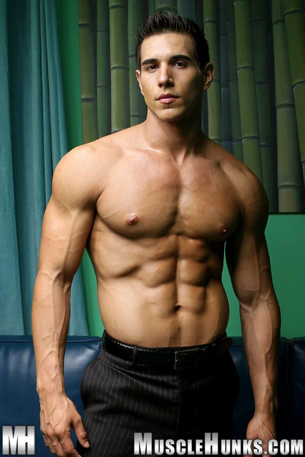 New muscle hunk kevin ramos lunch hour