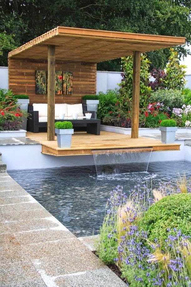 espace détente avec piscine dans le jardin   Eine veranda ...