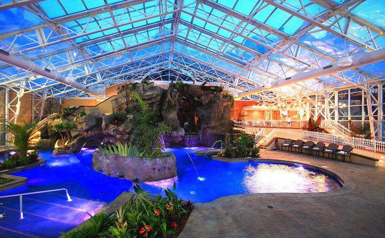 Este complejo tropical de piscina cubierta en el Grand Cascades Lodge cuenta con un techo retráctil, entre muchas otras características sorprendentes. Esta Biosfera, como se le llama, cuenta con una impresionante cantidad de exuberante follaje tropical en todas partes, junto con espectaculares vistas de las montañas circundantes. También se presenta con un techo avanzado que permite en casi el 100% de la transmisión de luz que conduce a todo el año de bronceado. La piscina climatizada cuenta…