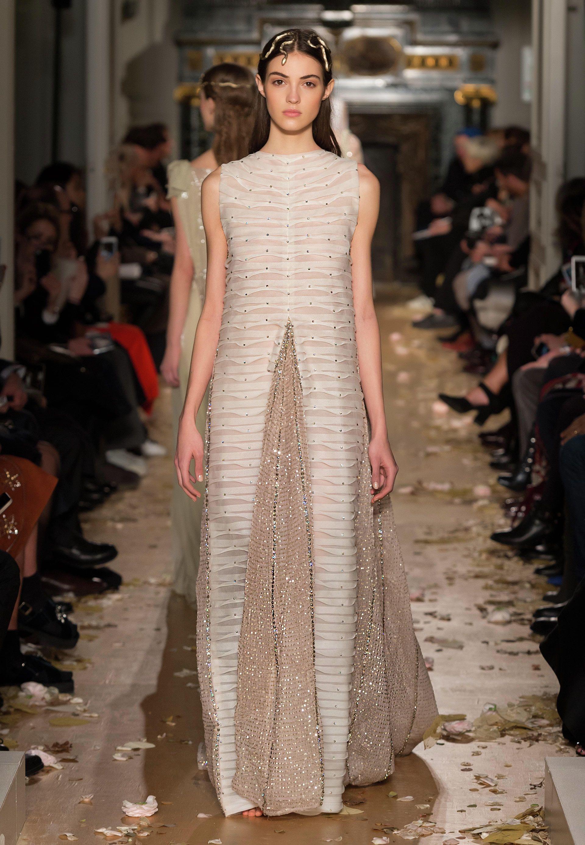 Site Officiel Valentino - Explorer la collection FemmeValentino. Découvrir le défilé, les accessoires et bien plus encore.