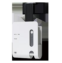 コワガーリーはドアに引っ掛けて使用し 玄関の向こうの相手を確認できるドアモニター 人感センサーによって玄関の外に誰かが近づくとカメラが 自動でonになり 室内にはランプで知らせる あとはスマホにインストールした専用アプリで映像を確認する Electronic