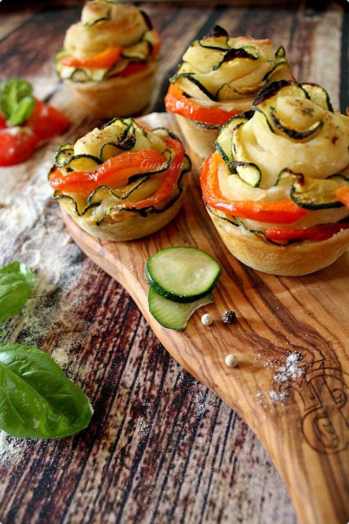 ROSE DI PIZZA CON ZUCCHINE E PEPERONI http://blog.cookaround.com/gustosapassione/2015/10/rose-di-pizza-con-zucchine-e-peperoni.html