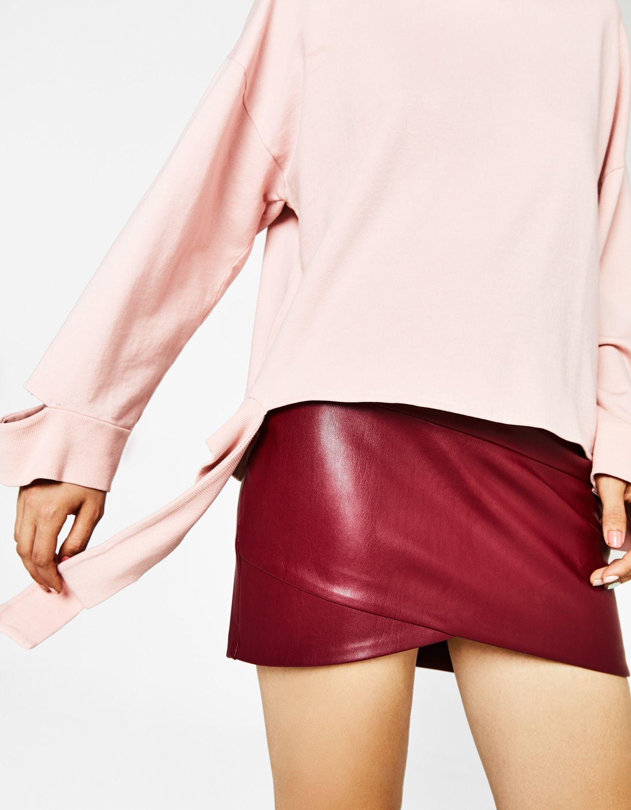Falda mini efecto piel. Descubre ésta y muchas otras prendas en Bershka con  nuevos productos cada semana 0fb8eee3927d