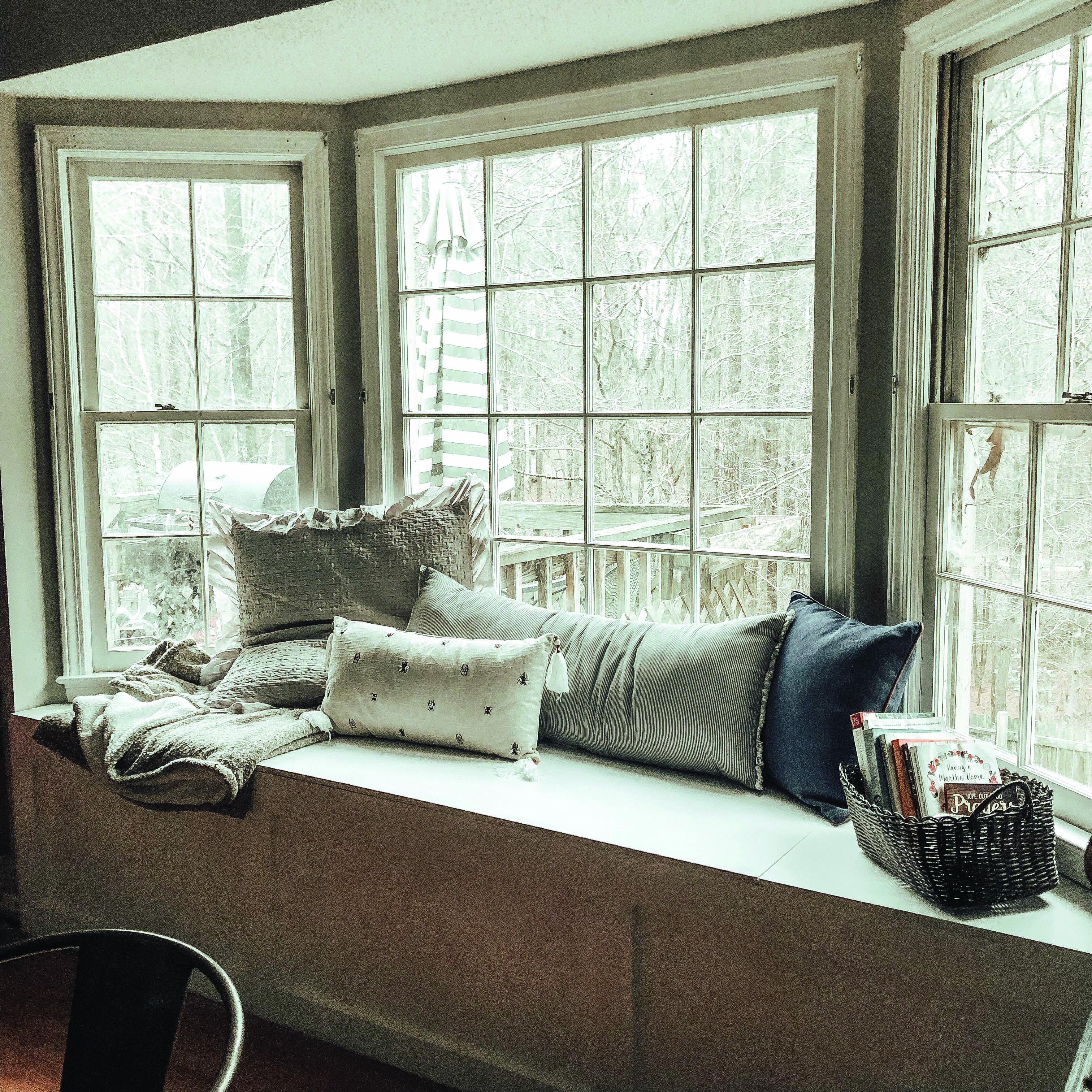 Bay Window Seat For A Lovely Addition: Contemporary Bay Window Ideas For Your Modern Home