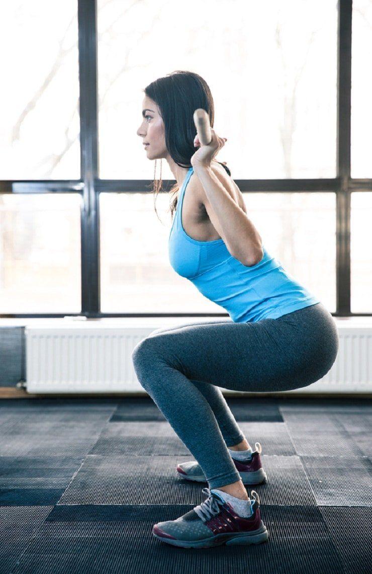 Žena vežba ćučanj protiv celulita