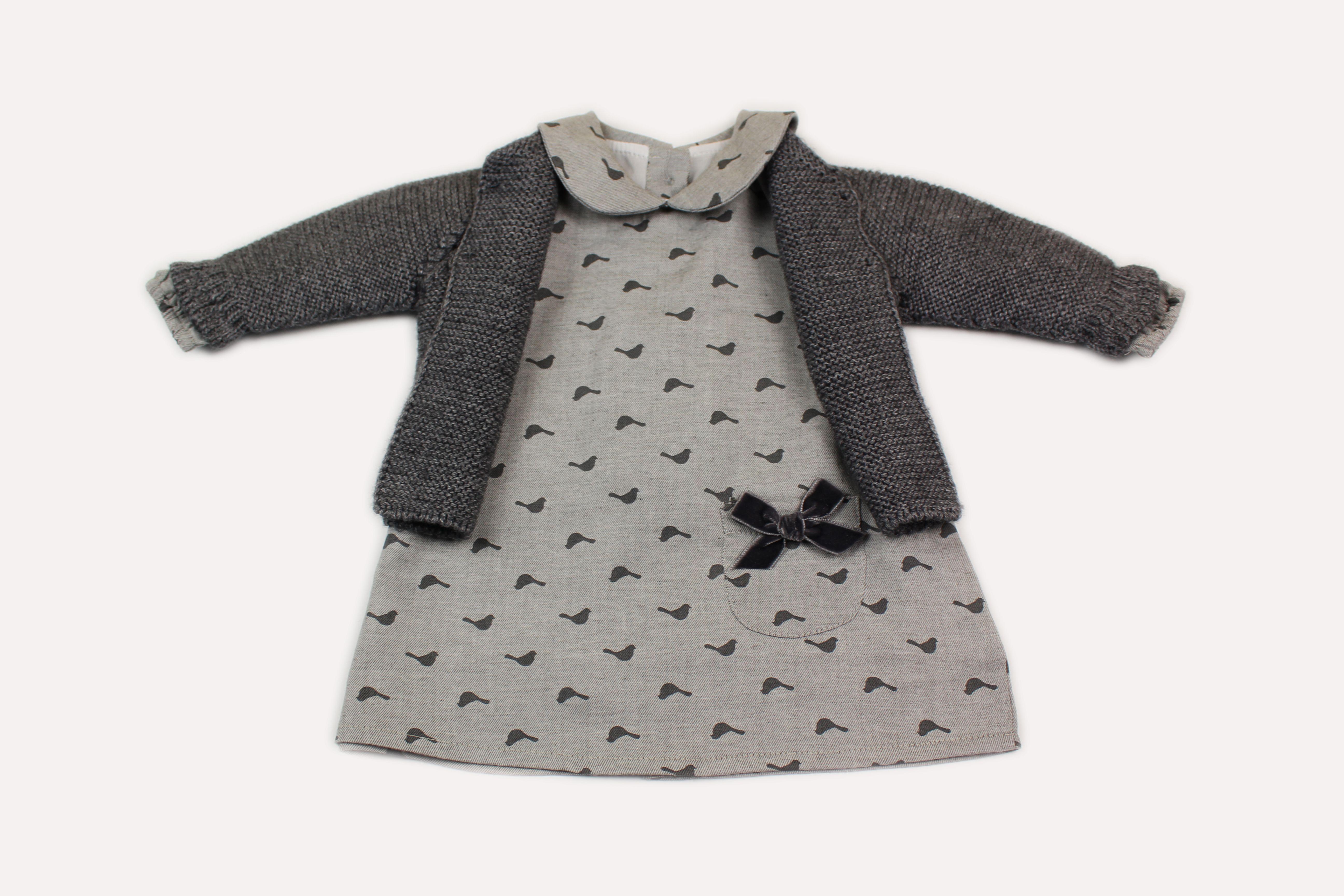 Dieses Outfit enthält ein grau gemustertes Kleid und eine ...