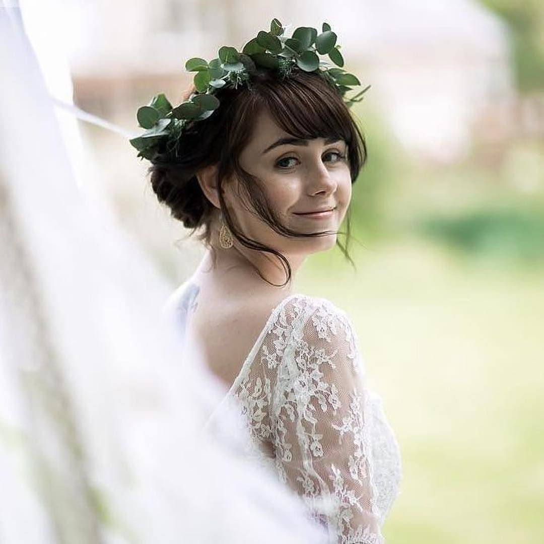 We love the natural beauty of this bride gorgeous crown and