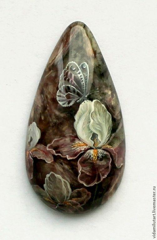 Ирисы на чароите - сиреневый,лиловый,фиолетовый,ирис,ирисы,цветы,бабочка