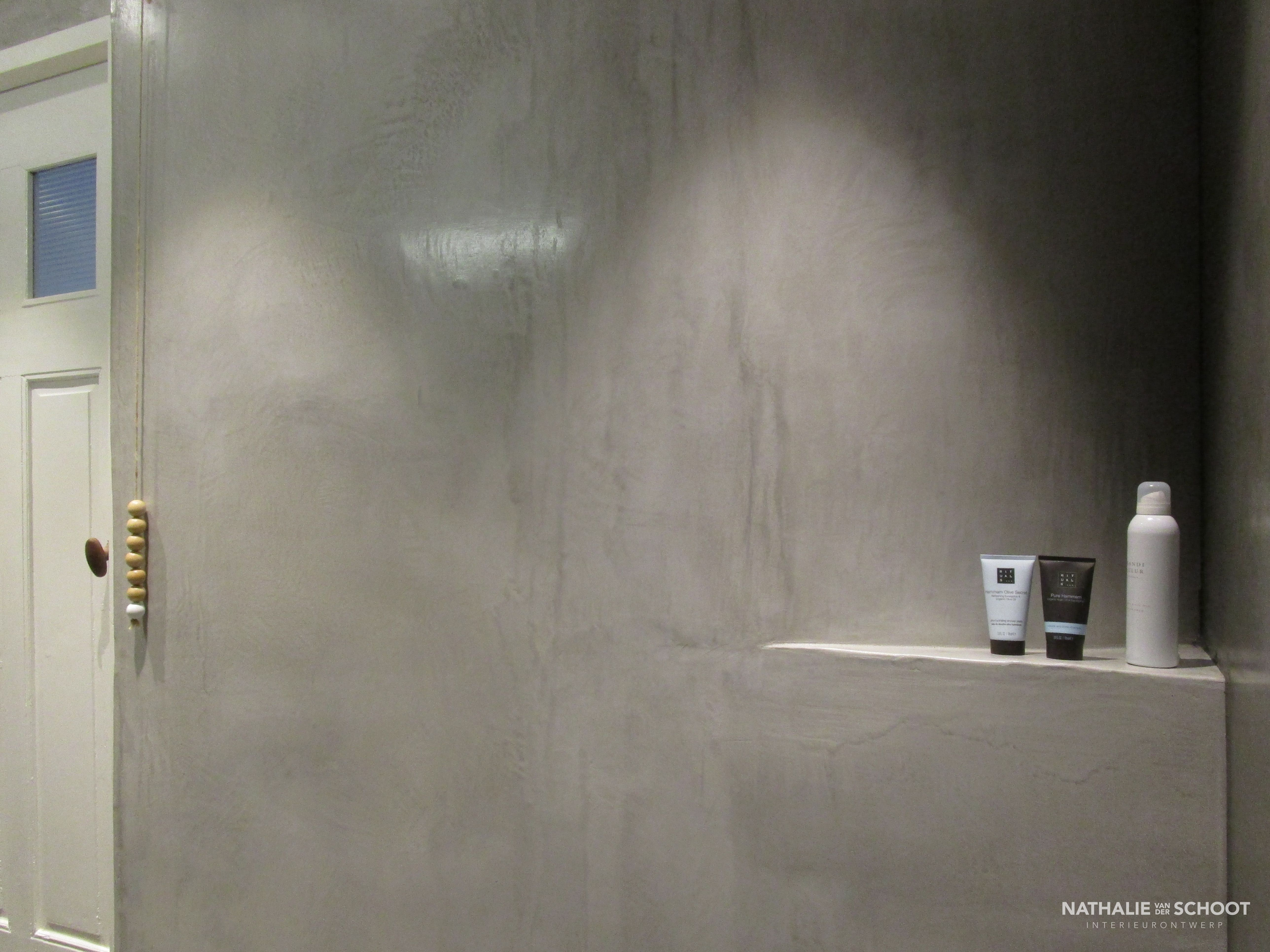 Badkamer in VERBAU-betonstuc. Kleuren #01/128 steenkool en #05 ...