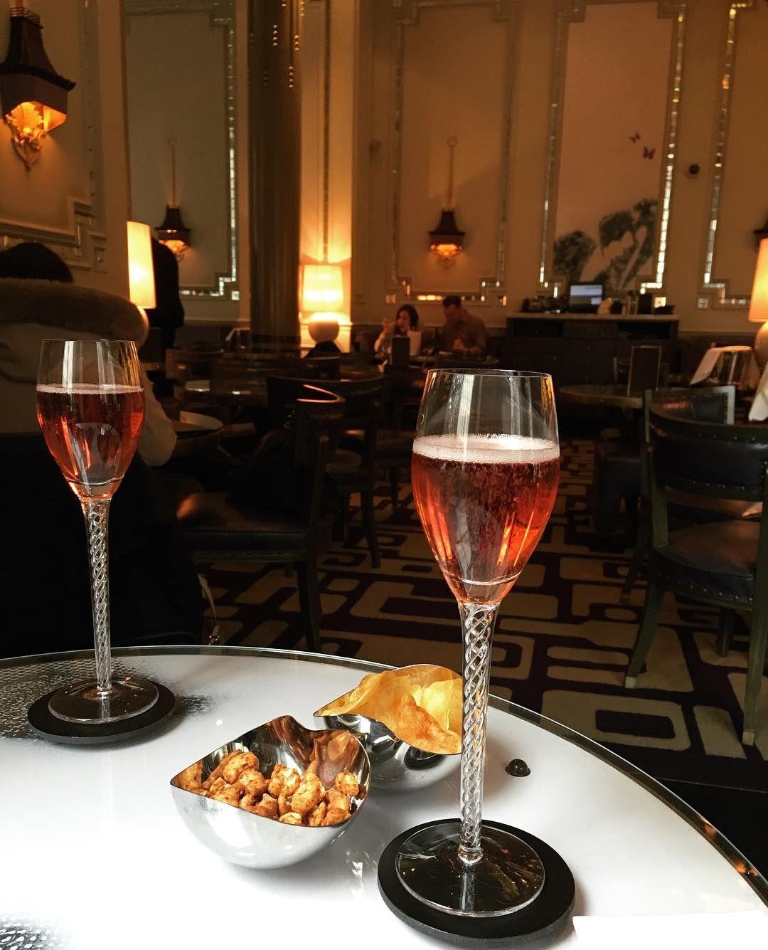 Champagnelunsj på The Langham  Liv Heidi & Terje hvor er dere? #pinkchampagne @leadinghotelsoftheworld @langham_london #svipptur #24timer #london #voksenferie #konsert #noshopping @alexander_grieg by bmgrieg