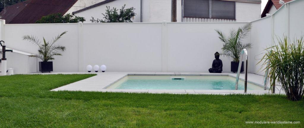 Sichtschutz im bauhaus stil an einem schwimmbad grundst cksmauer - Bauhaus pool zubehor ...