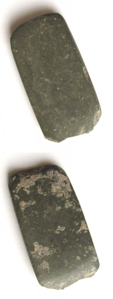 This is a Neolithic / Chalcolithic artifact from Varna, made of polished Jadeite, measuring 7×3,5×0,5cm.