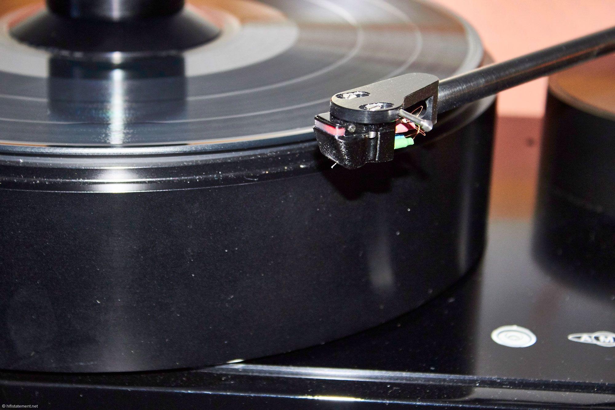 Für mich die analoge Entdeckung der Messe: Das DS Audio DS-W1 Optical Cartridge. Hier bewegt der Nadelträger ein extrem leichtes Plättchen, dass die Intensität eines Lichtstrahls moduliert. Der Abtaster wird als komplettes System mit Netzteil und RIAA-Entzerrer angeboten und soll um die 9000 Euro kosten