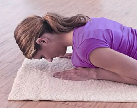 Training Nacken kräftigen die Übung stabilisiert die Muskeln um die Halswirbelsäule und schärft das Körperbewusstsein für mögliche Vers...