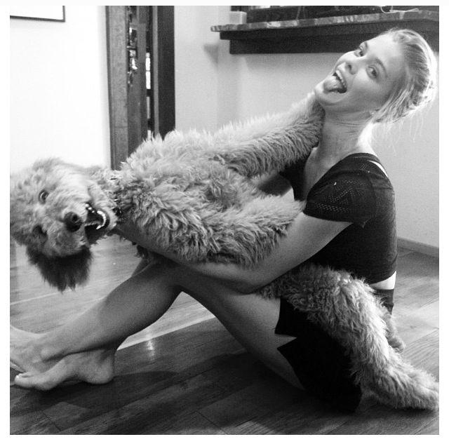 esta chica si pudiera se casa con su perro
