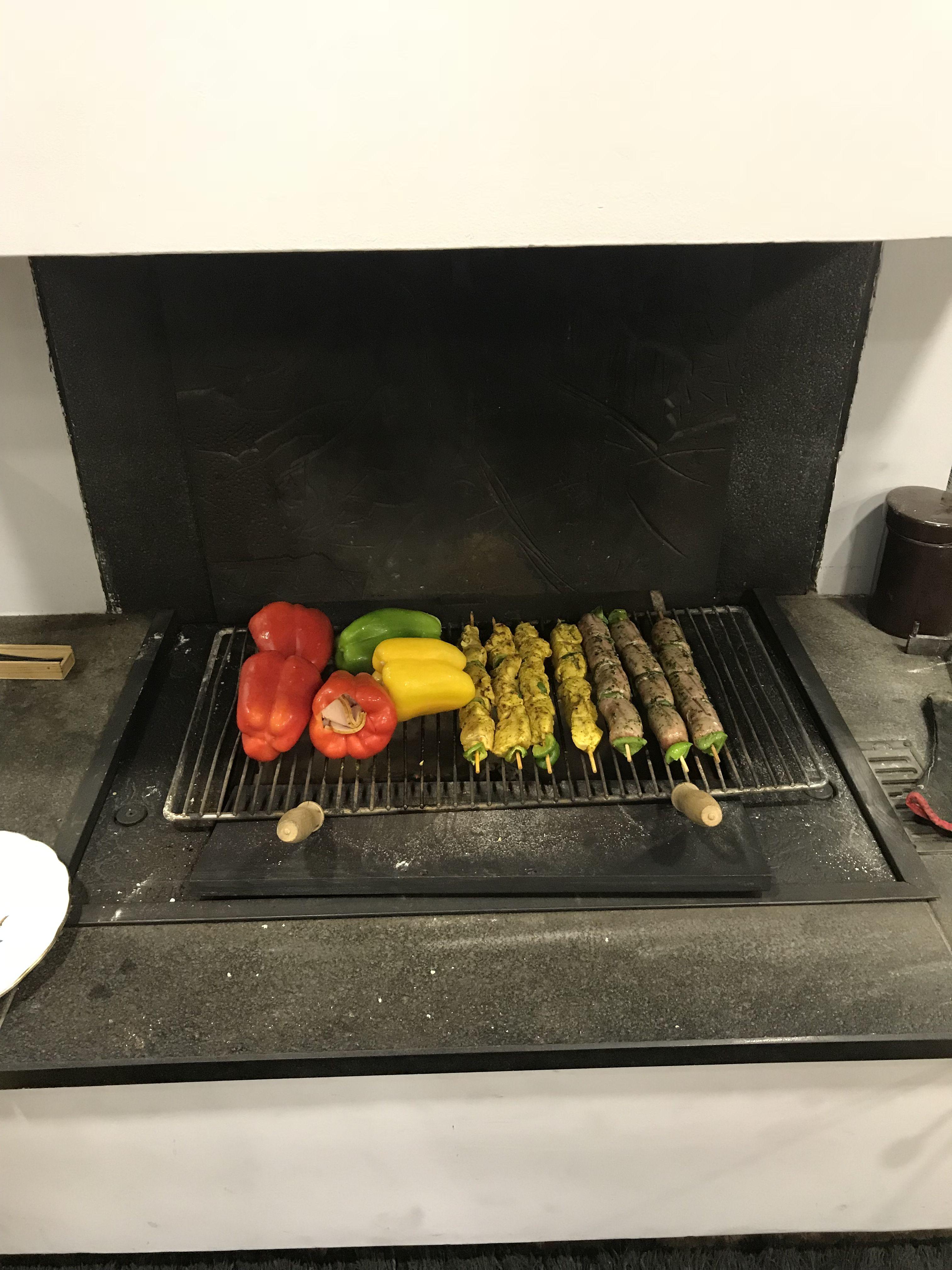 Grillades et barbecue dans la cheminée avec Polyflam. Grill