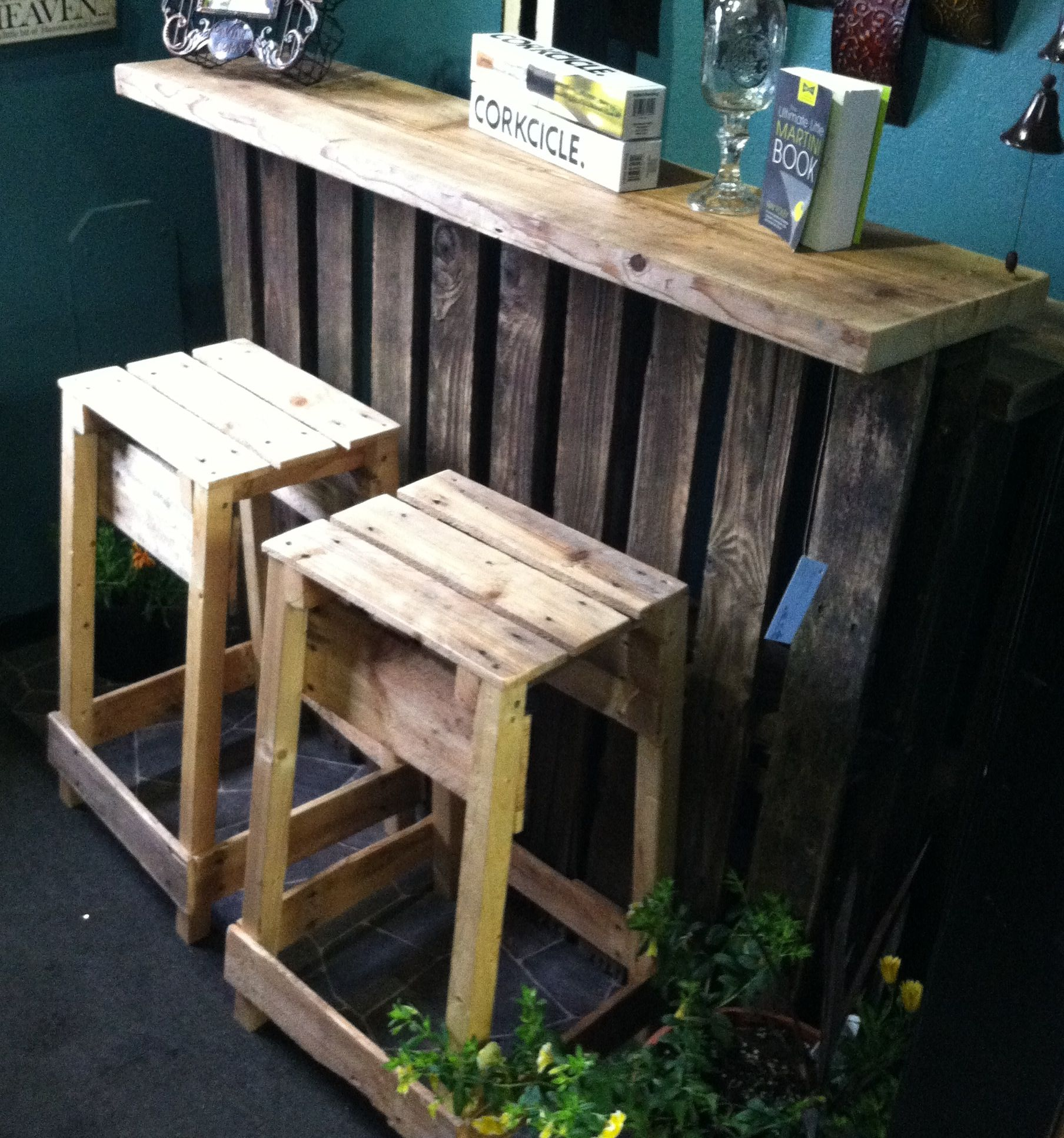 The pallet bar looks great indoors as well pallet and - Muebles de terraza con palets ...