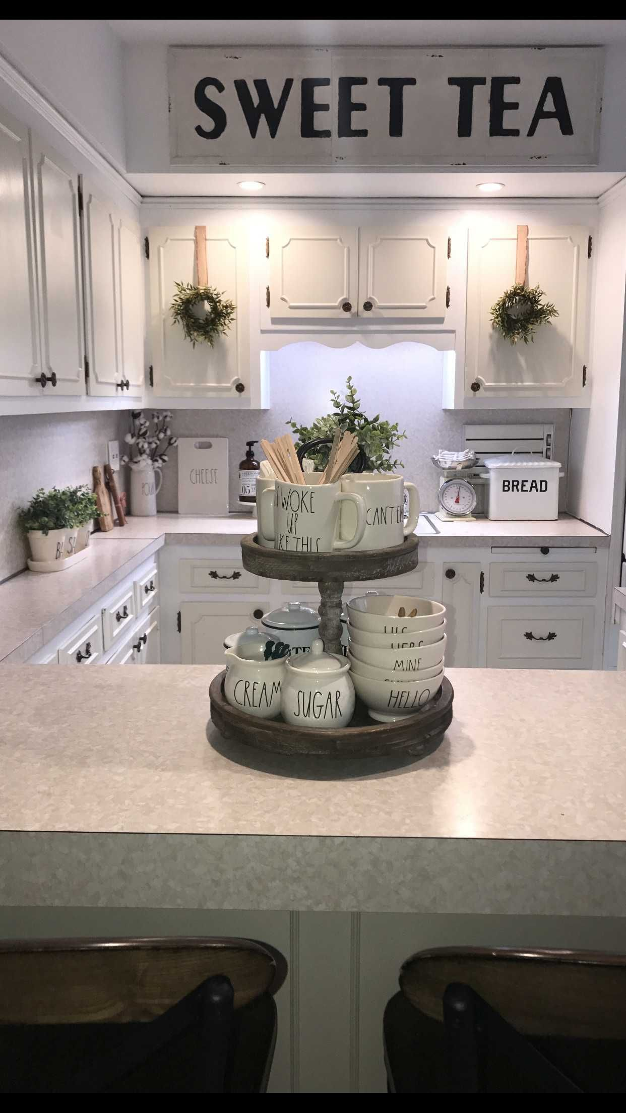 Gri ve beyaz dolaplara ahşap tezgah. Deniz hanımın rustik mutfağı. #farmhousekitchencountertops