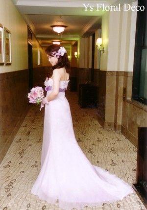 こちらの新婦さんのお色直し用ブーケです。ドレスに合わせたラベンダー色のお花を束ねたクラッチブーケです。白ドレスのときと、がらっと印象が替わりましたね☆ ど...